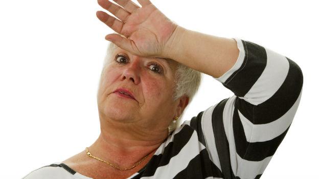 Ältere Frau mit Hitzewallungen.
