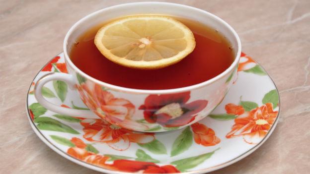 Tasse Tee mit Zitronenscheibe.