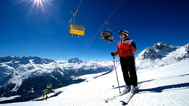 Skifahrerin auf der Piste.
