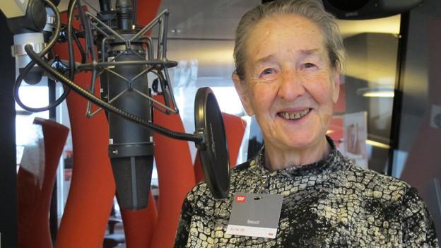 Die 85-jährige Trudy Schmidt ist zu Gast im Radiostudio.