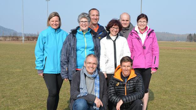 Die sechsköpfige Laufgruppe posiert mit Trainer und Arzt.