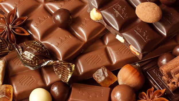 Milch- und dunkle Schokolade mit Nüssen und Sternanis.