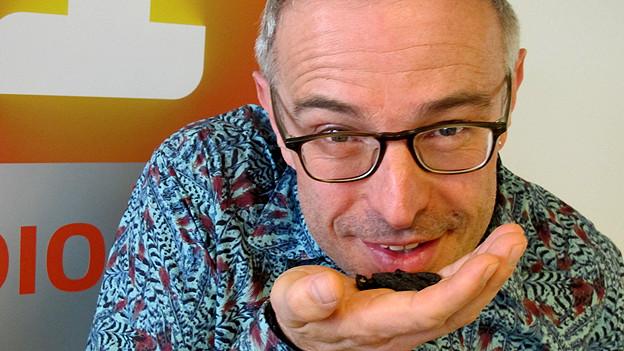 Dani Fohrler hält Tonkabohnen in der Hand.
