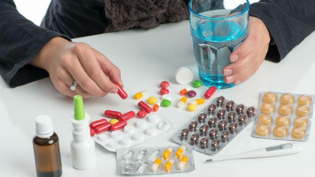 Auswahl an Schmerzmitteln auf Tisch.