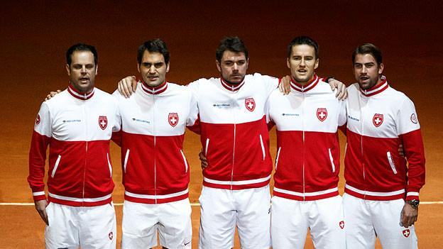 Das Schweizer Davis-Cup-Team steht in einer Reihe und singt.