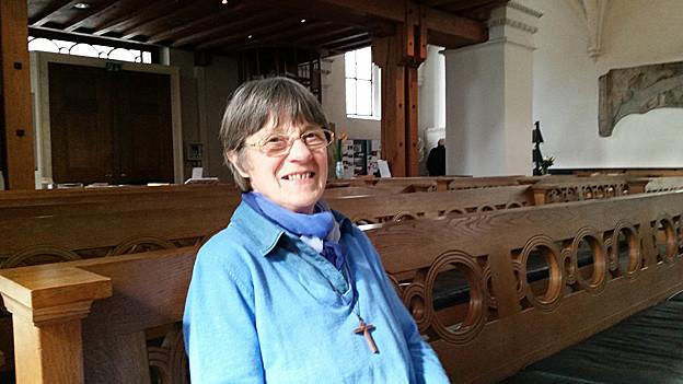 Esther Marfurt sitzt in der Kirche auf einer Bank
