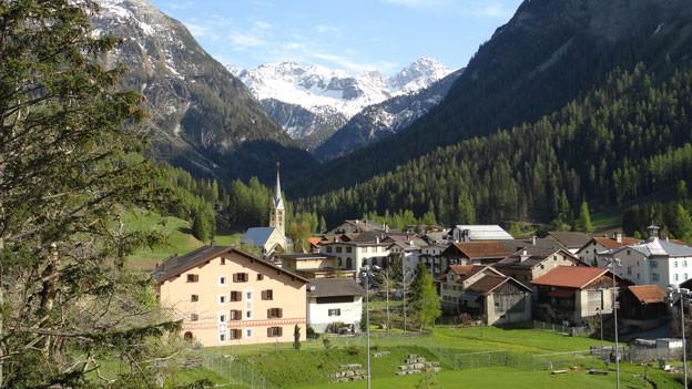 Blick auf das Bergdorf Bergün Richtung Albulapass.