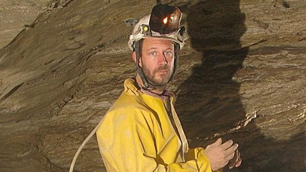 Der Höhlenforscher Philipp Häuselmann in einer Höhle.