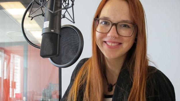 Stefanie Heinzmann am Mikrofon im Radiostudio.