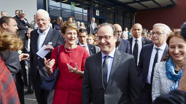 François Hollande besucht eine Firma.