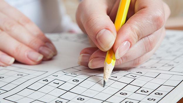 Nahaufnahme von Bleistift und Sudoku.