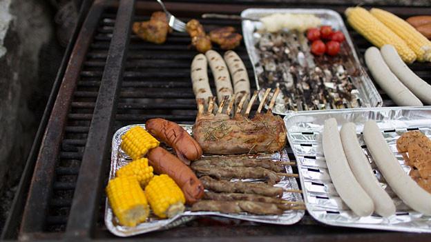 Fleisch und Gemüse liegt auf dem Grill.