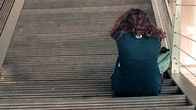 Frau auf Treppe.