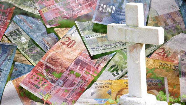 Bildmontage: Schweizer Banknoten mit einem Kreuz darüber.