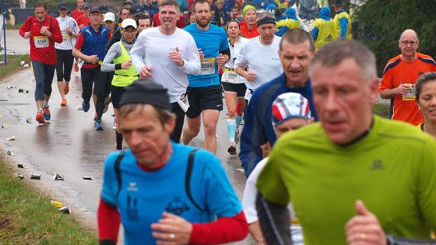 Sportler rennen an einem Laufanlass.