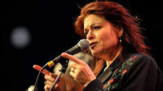 Rosanne Cash auf der Bühne.