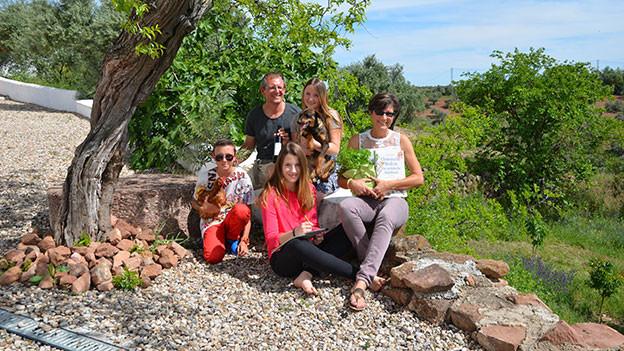Familie Schläpfer posiert in Andalusien unter einem Baum.