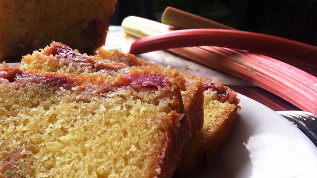 Rhabarber-Cake-Stücke auf einem Teller.