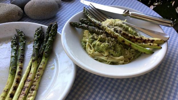 Grüne Spargeln und Pesto.