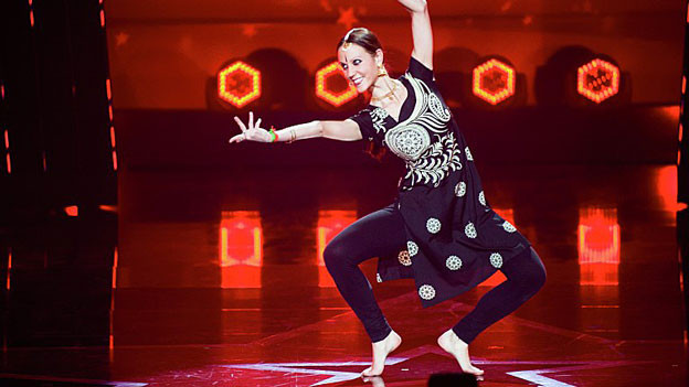 Sarah Gasser tanzt auf der Bühne.