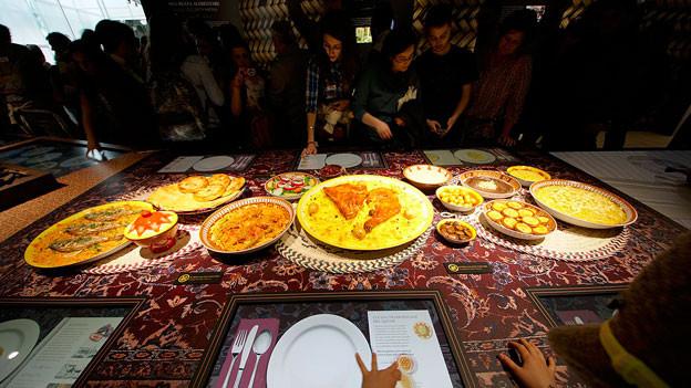 Ausgestellte Gerichte im Pavillon von Katar.