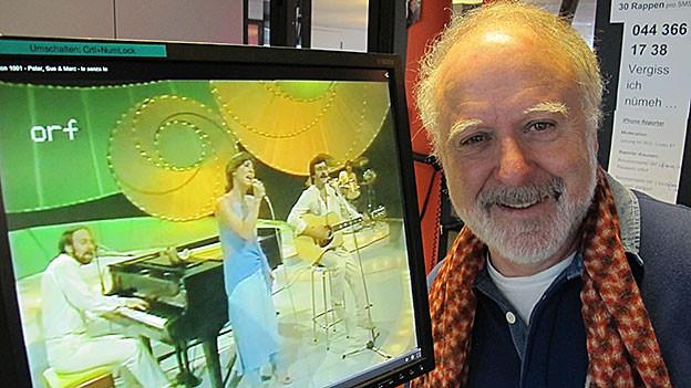 Peter Reber posiert neben einem Computerbildschirm. Daruf zu sehen sind Peter, Sue und Marc.
