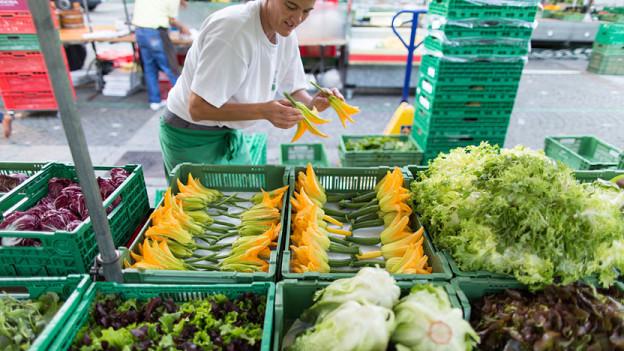 Gemüsehändler am Marktstand.