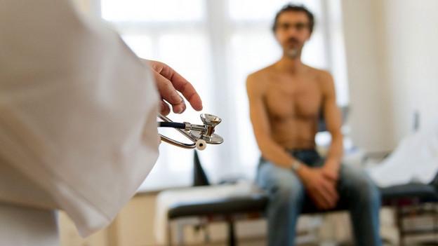 Mann beim Hausarzt.