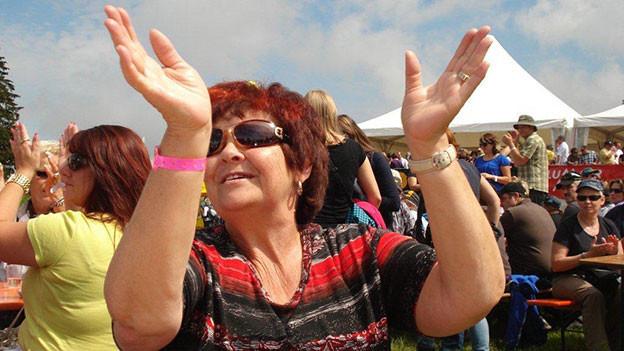 Tanzende Frau an einem Open Air.