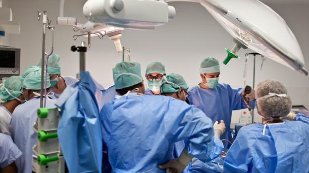 Ärzte im Operationssaal an der Arbeit.