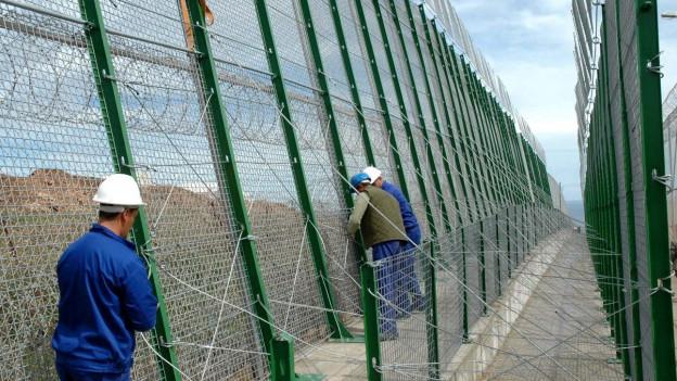 Mauerbau gegen Migranten in der spanischen Enklave Melilla in Nordafrika.
