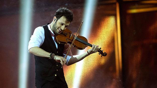 Sebalter mit seiner Geige auf der Bühne.