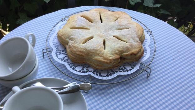 Glarner Pastete steht angerichtet auf einem Tisch.