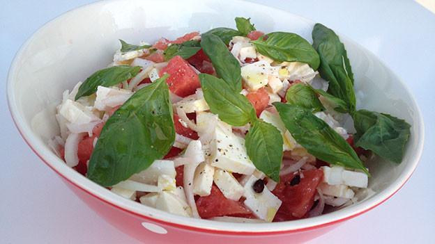 Wassermelonen-Feta-Salat in einem passenden Schälchen angerichtet.