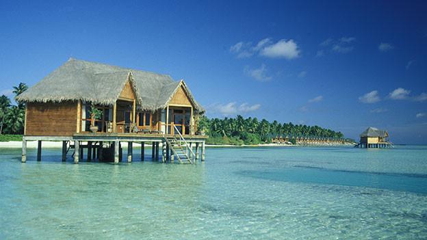 Hütte auf Stelzen im Meer.