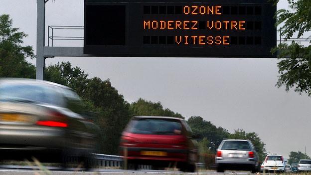 Eine elektronische Anzeige auf der Autobahn hält Autofahrer zur Drosselung des Tempos an.