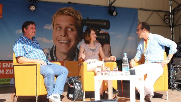 Gastgeber Christian Zeugin (rechts) mit Musikerin Sina und Bruder Adrian.