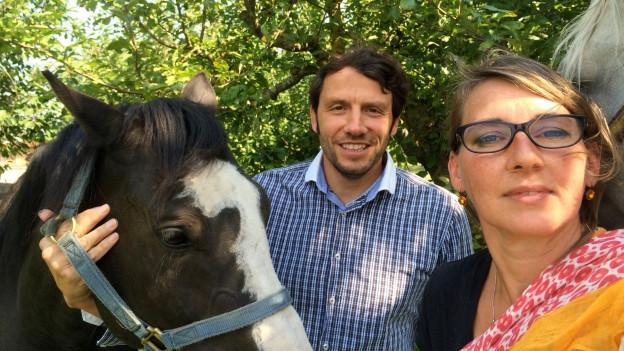 Franziska Thomas und Patrick Huber posieren mit ihren Pferden.