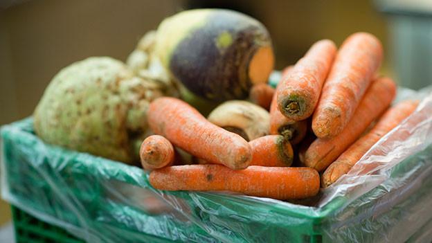 Eine Kiste mit diversem Gemüse.