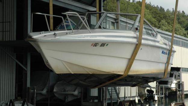 Boot hängt in der Werft am Obersee.