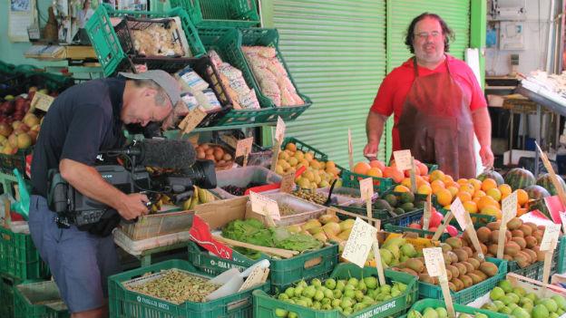 Kameramann filmt Obstverkäufer auf Kreta
