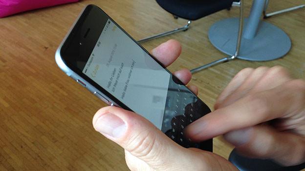 Finger wischen auf einer Smartphone-Tastatur. Eine Alternative zum Tippen.