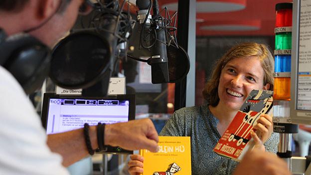 Elisabeth Eggenberger hält das Buch «Rössli Hü» in den Händen.