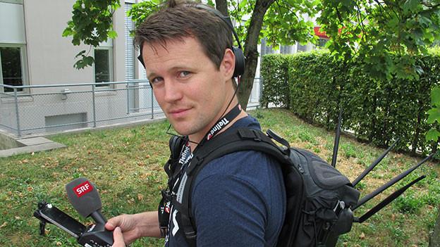 Samuel Schmid mit Übertragungsrucksack.