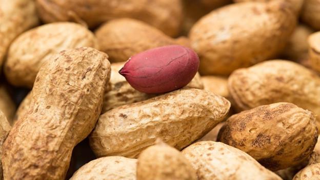 Erdnüsse auf einem Haufen.