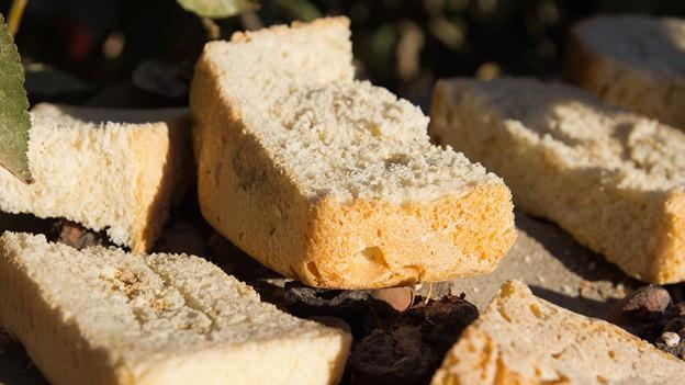 Brotstücke liegen an der Sonne.