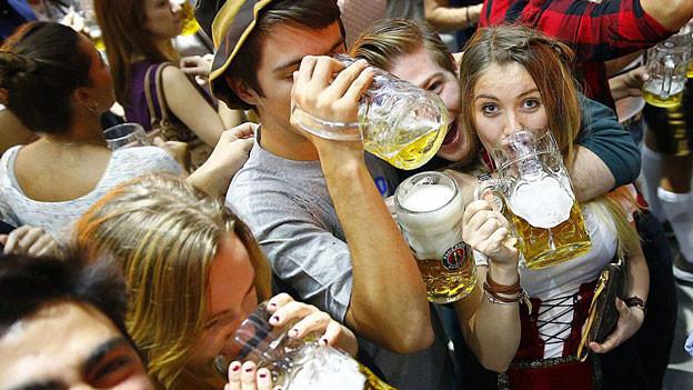 Junge Menschen trinken Bier.