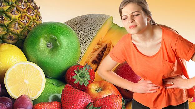 Früchte und Frau mit Bauchkrämpfen