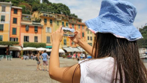 Touristin macht Smartphone-Fotos.