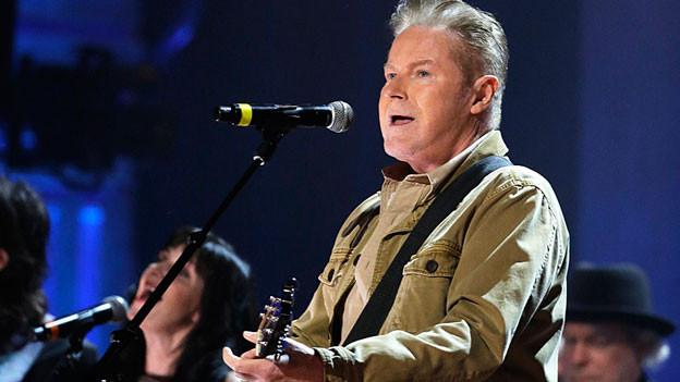 Don Henley mit Gitarre auf der Bühne.